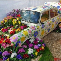 корпус автомобиля как цветочный контейнер