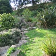 спуск в холмистом саду