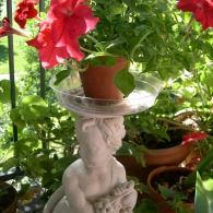 вазон в виде садовой скульптуры