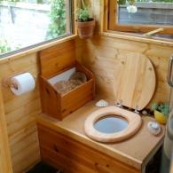 светлый дачный туалет
