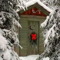 новогоднее оформление садового туалета