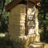 использование соломы для постройки садового туалета